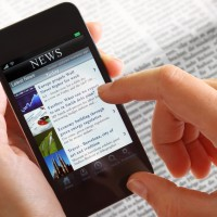 Businessfrau mit Smartphone News