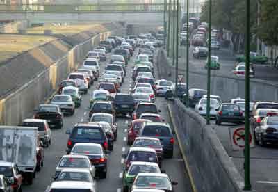 El viaducto Miguel Alemán en el entronque con Insurgentes, en una de las horas pico