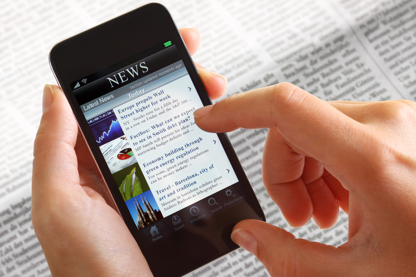 Businessfrau mit Smartphone News
